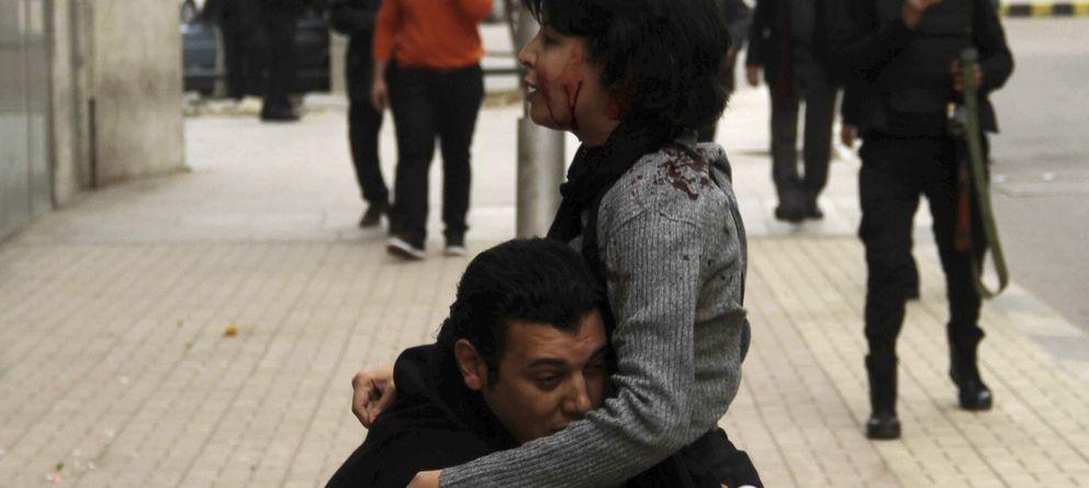 Foto: La activista Shaimaa al-Sabbagh, en brazos de un amigo tras ser disparada (Reuters)