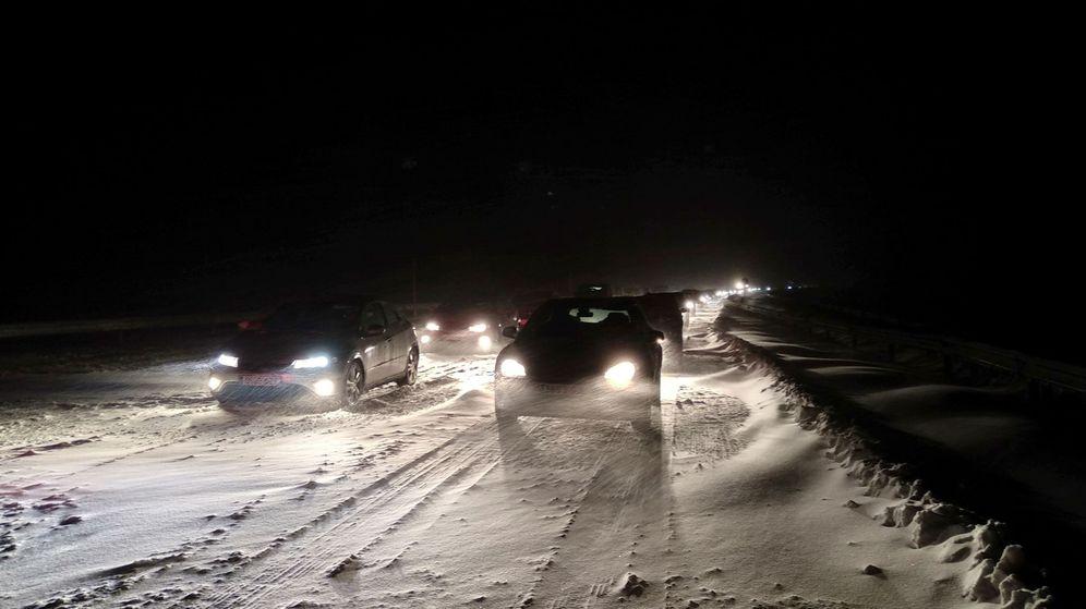 Foto: Coches atrapados por la nieve en la AP-6 | Foto: EFE