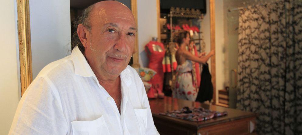 Foto: El modisto Francis Montesinos en una imagen de archivo en su tienda de Valencia (Gtres)