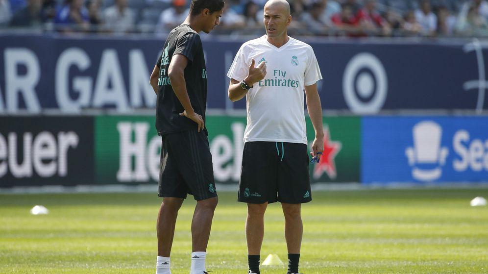 Foto: Varane y Zidane durante un entrenamiento de la pretemporada de la 2017-2018. (EFE)