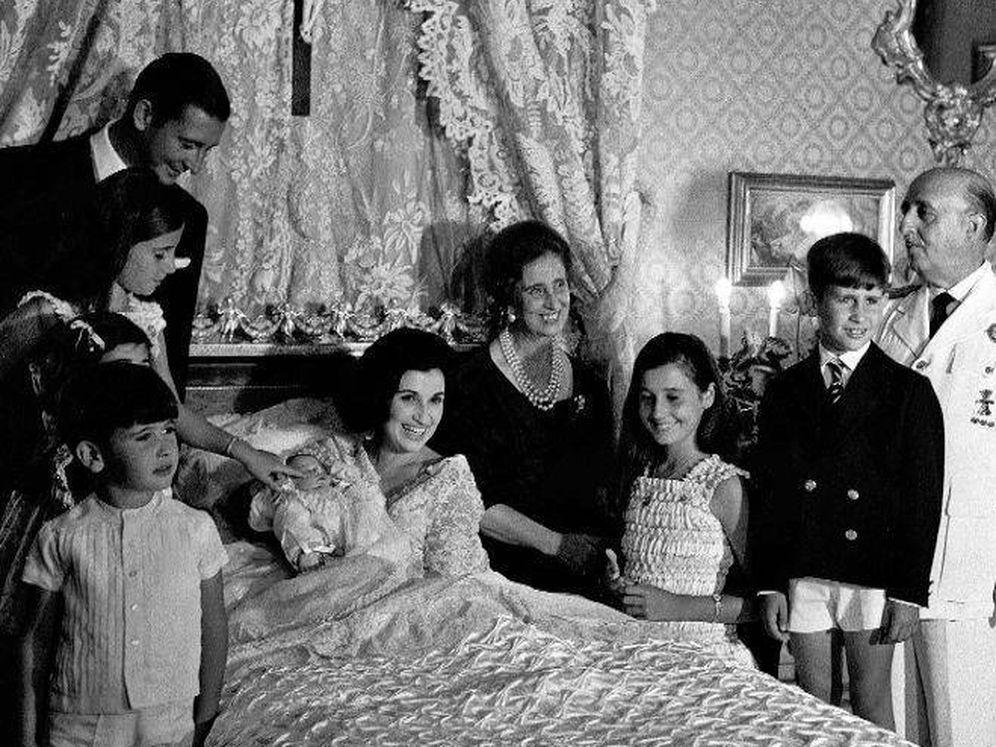 Foto: Carmen Franco Polo con sus padres, su marido Cristóbal y sus hijos. (EFE)