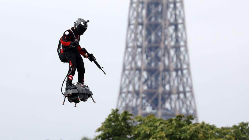 Foto: Franky Zapata, en pleno vuelo con la Torre Eiffel de fondo. (Reuters)