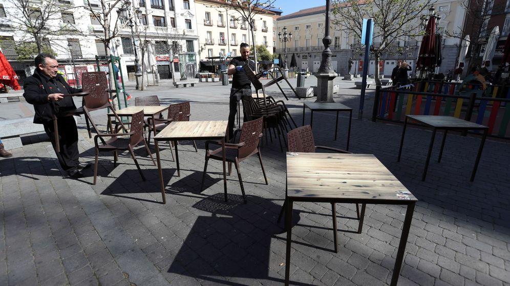 Foto: Madrid ya planea la desescalada ampliando las terrazas y con mamparas en los bares. (EFE)