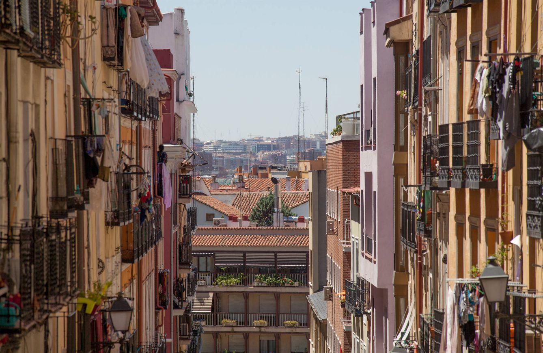 Foto: Fachadas de la calle Zurita, espina dorsal del voto a Podemos en Madrid. (Fotografías: Enrique Villarino)