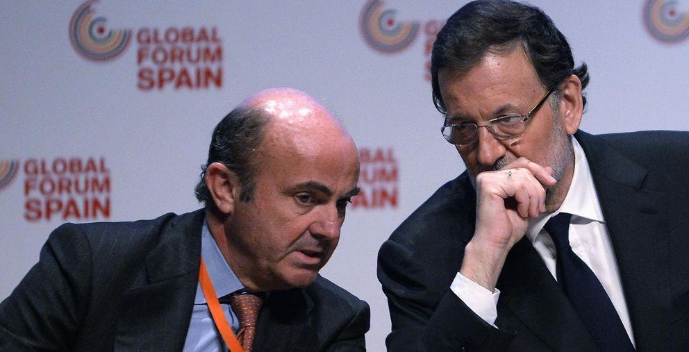 Foto: Luis de Guindos y Mariano Rajoy (Reuters)