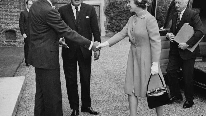 Isbael II y su bolso, junto a Nixon. (Getty)