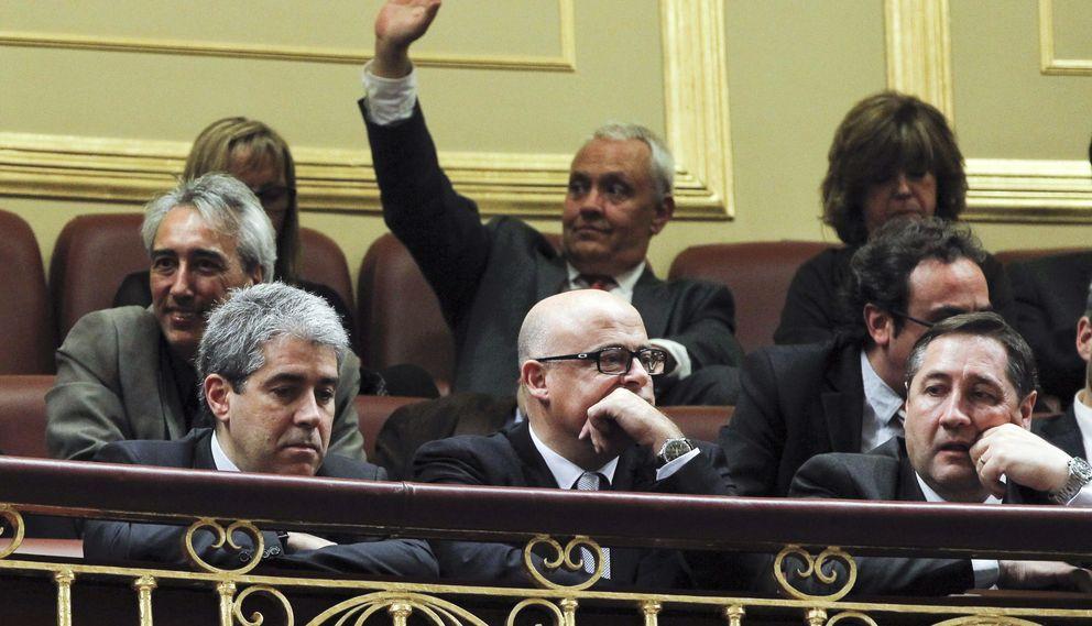 Francesc Homs (i) y el conseller de Agricultura, Josep Maria Pelegrí. (EFE)
