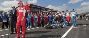 Fernando Alonso no tiene reparos en pasear con Xenia Tchoumitcheva ante sus paisanos