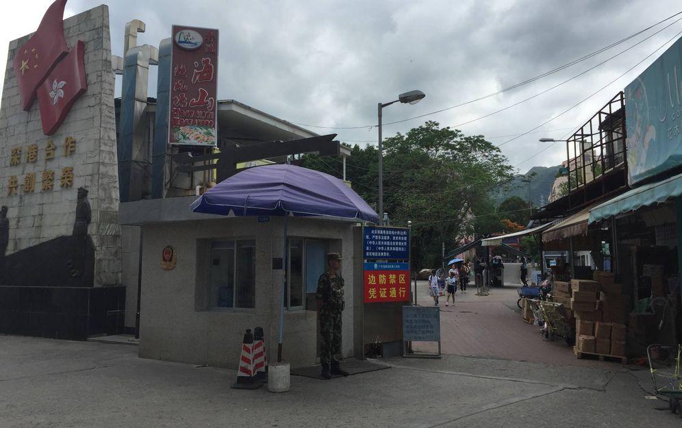 Foto: Un soldado chino vigila en uno de los puestos de control de Sha Tau Tok. (Javier Ibáñez)