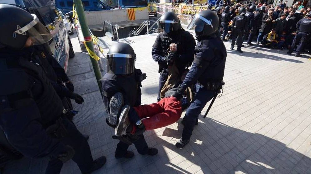 Foto: Los Mossos d'Esquadra intervienen en la protesta organizada por los CDR en Sabadell. (Foto: @cdrsabadell)