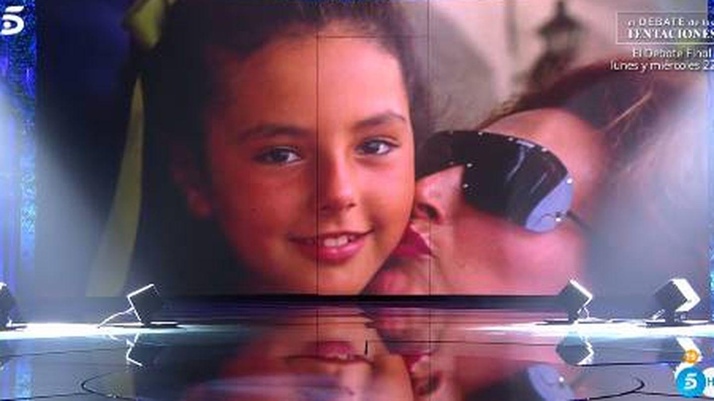 Imagen de Rocío Carrasco de niña con su madre mostrada por el programa.