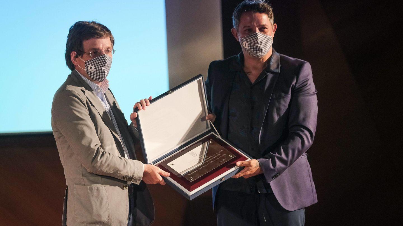 Martínez-Almeida entrega un reconocimiento a Alejandro Sanz. (Cordon Press)