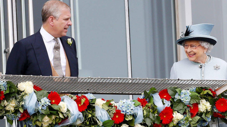 El príncipe Andrés y la reina Isabel II. (Getty)