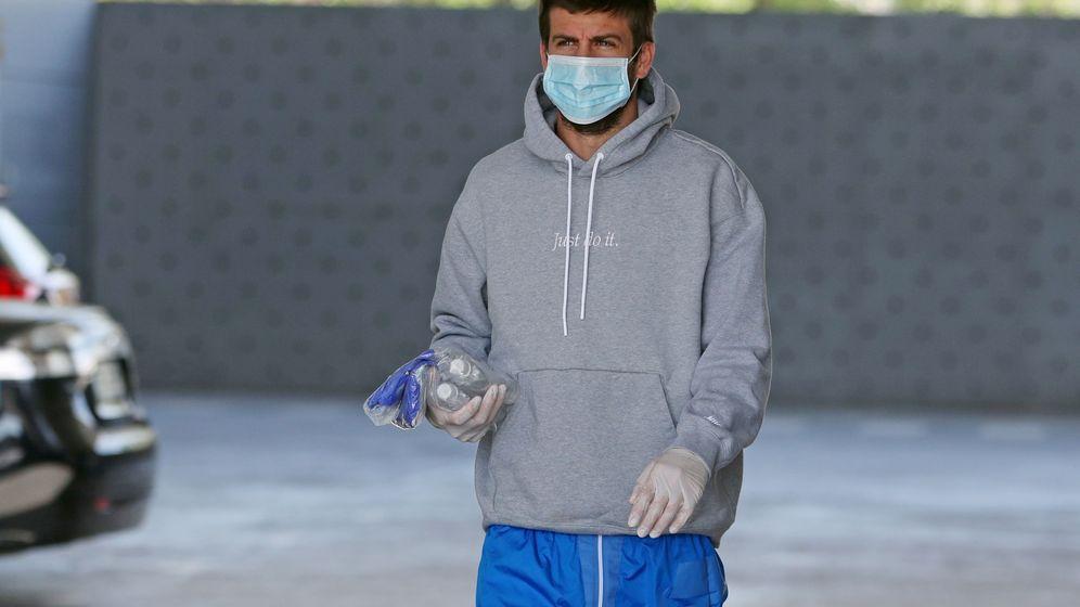 Foto: Gerard Piqué, con mascarilla y guantes, a su llegada a las instalaciones deportivas del Barcelona. (Efe)