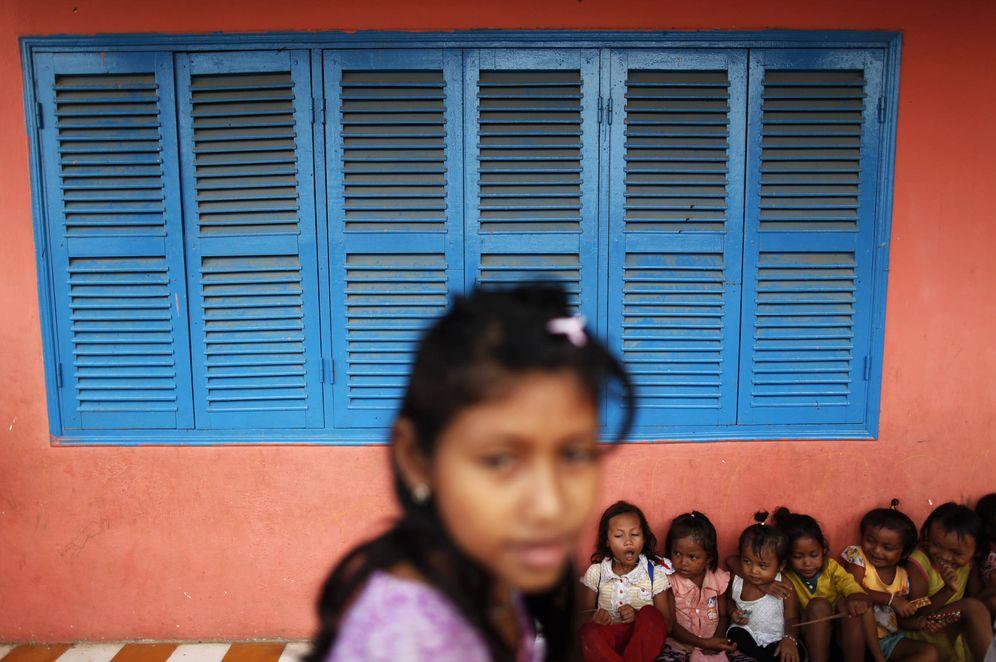 Foto: Niños camboyanos esperan que llegue ayuda humanitaria a la School for Vulnerable Child Garbage Workers, en las afueras de Phnom Penh. (Reuters)