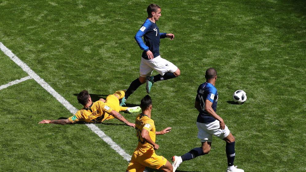 Foto: La acción del penalti de Risdon sobre Griezmann. (Reuters)