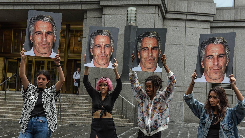 Protestas contra Jeffrey Epstein durante su juicio en NY. (Getty)