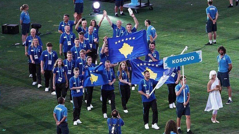 Los deportistas kosovares, durante el desfile inaugural de los Juegos del Mediterráneo de Tarragona 2018.