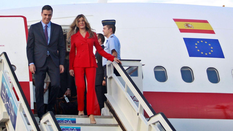 Begoña Gómez, bajando del avión con el famoso traje rojo en Cuba. (EFE)