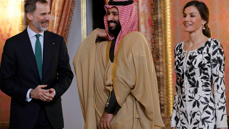 Los reyes Felipe y Letizia, con Mohamed bin Salman en el Palacio Real. (EFE)