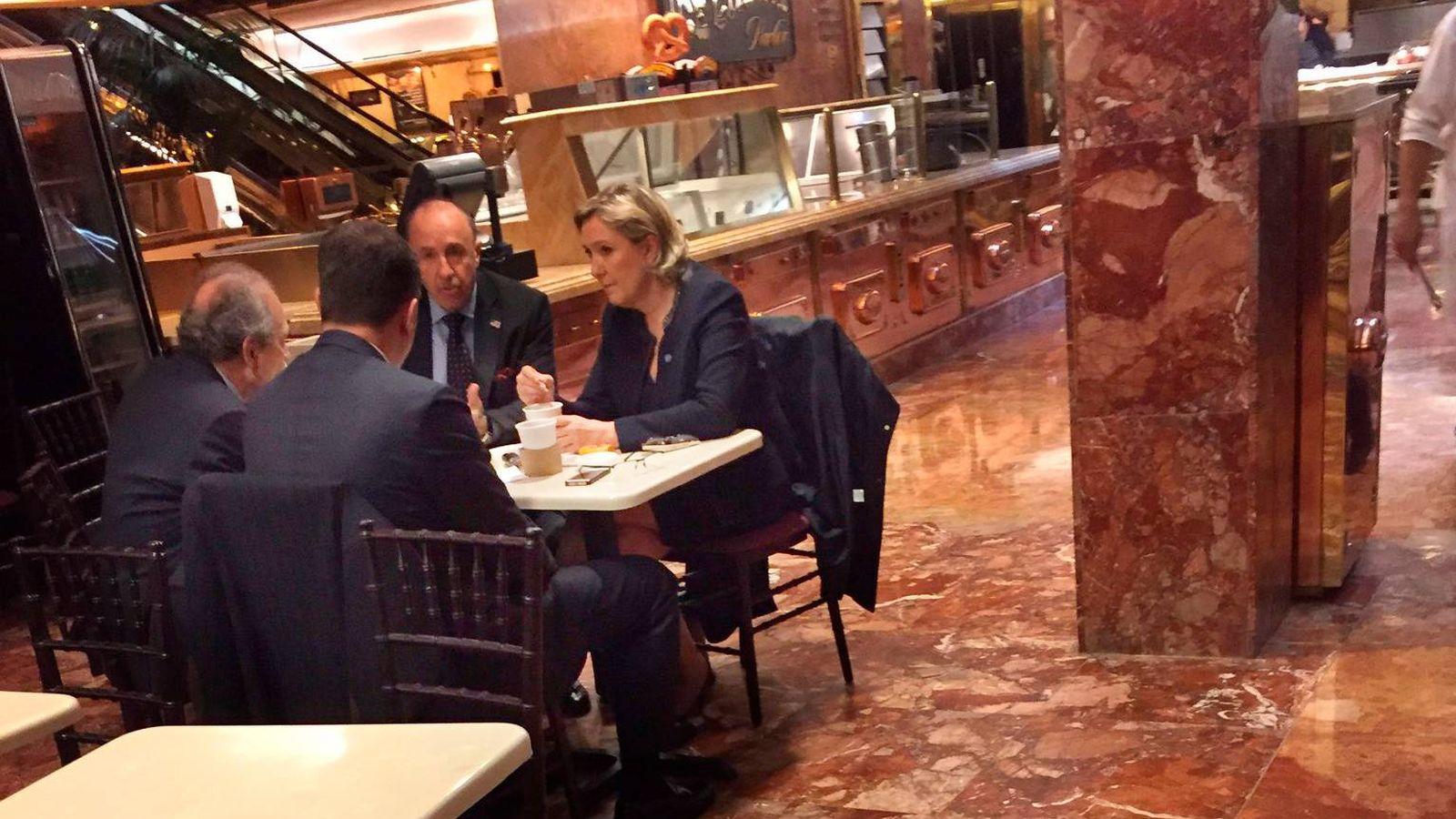 Foto: Marine Le Pen, líder del Frente Nacional, fotografiada en la Torre Trump. (Twitter: @GideonResnick)