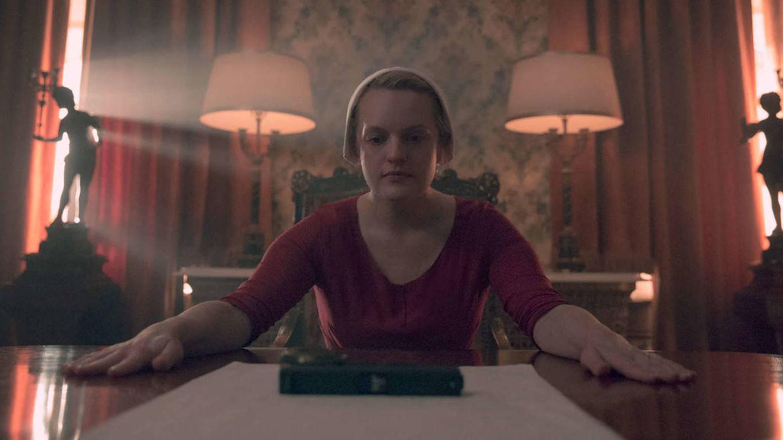 El personaje de June, en una escena de la serie. (HBO)