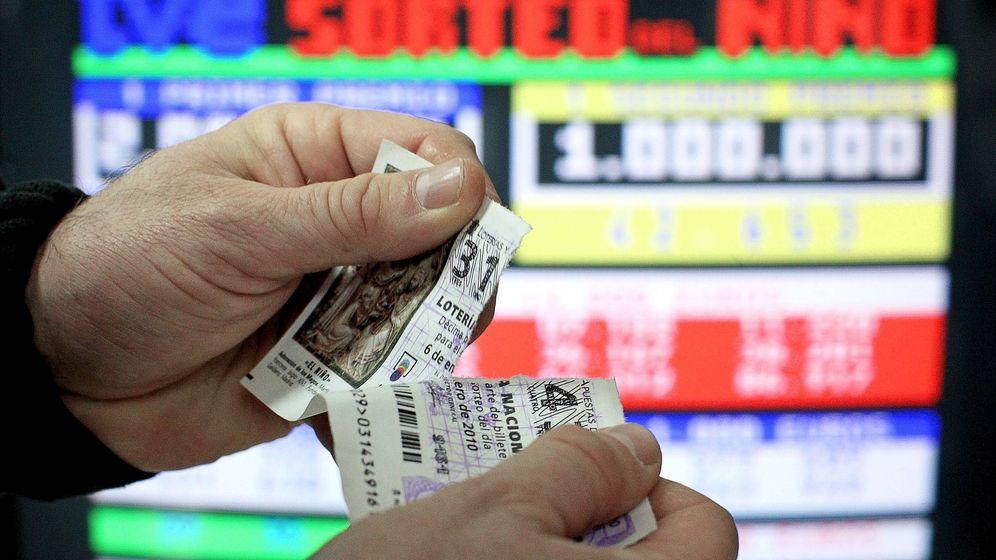 Foto: Décimo roto por la mitad durante la Lotería del Niño en 2010 (EFE)