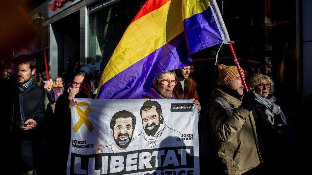 Foto: Manifestantes en apoyo de los presos independentistas, en los alrededores del Supremo. (EFE)