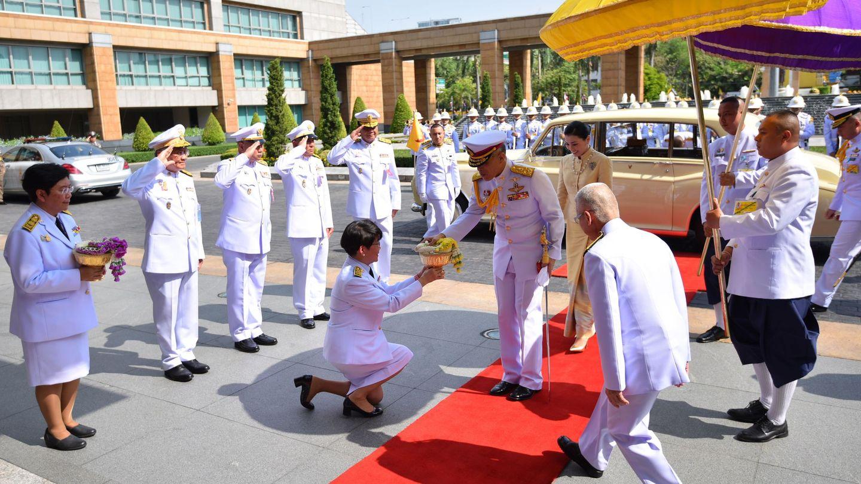 Rama X, rey de Tailandia, acompañado de la reina Suthida durante un acto público. (EFE)