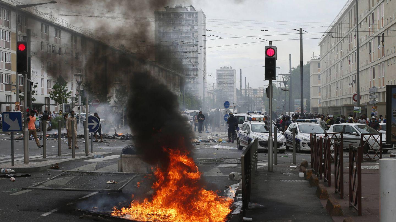 La policía bloquea la entrada de Sarcelles durante manifestaciones en contra de la ofensiva sobre Gaza, en julio de 2014. (Reuters)