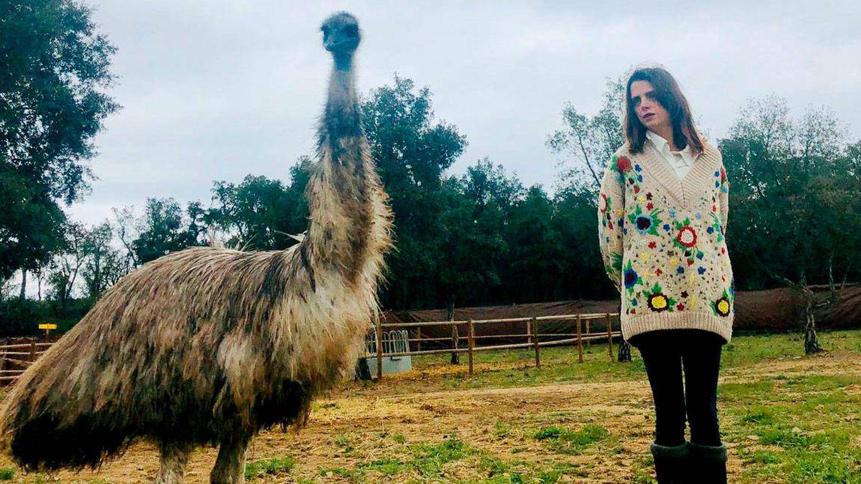 Macarena Gómez, junto a un emu en su finca.