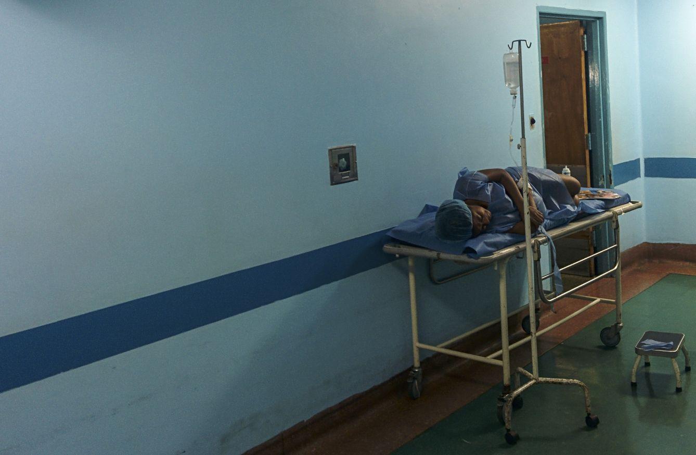 Foto: Una paciente en un pasillo del Hospital Clínico Universitario de Caracas (Santiago Donaire).