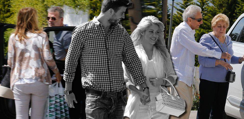 Foto: Shakira, Piqué y sus respectivos padres, en un fotomontaje elaborado por Vanitatis.