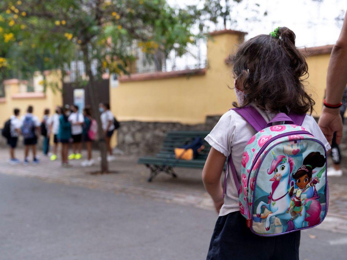 Foto: Una niña acude a clase en Tenerife. (EFE)