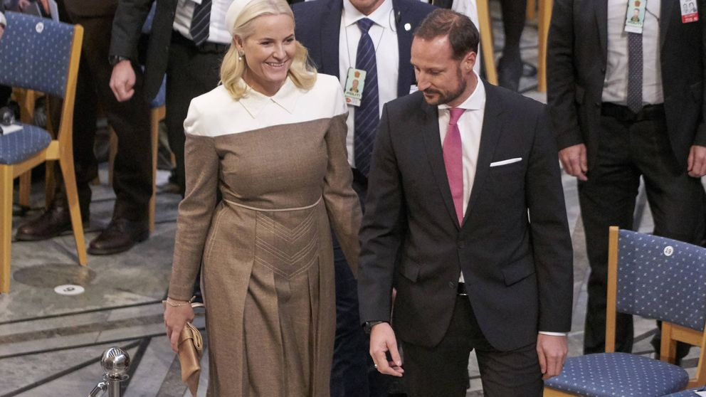 Mette-Marit reaparece radiante en los Nobel a pesar de su enfermedad