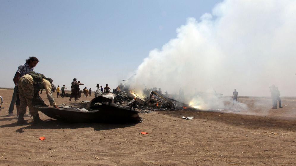Foto: Rebeldes sirios inspeccionan los restos del helicóptero derribado en la provincia de Idlib, el 1 de agosto de 2016 (Reuters).