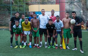 Una nueva generación de árbitros de favela conquista el fútbol de Río