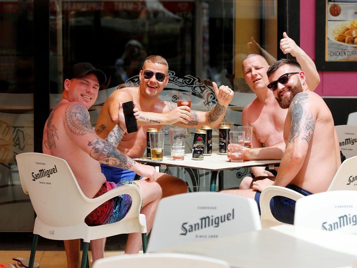 Foto: Turistas británicos en Reino Unido (EFE)