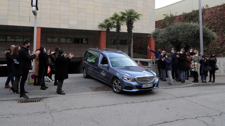 Amigos y familiares aplauden al coche fúnebre que lleva los restos mortales de Enrique San Francisco. (EFE)