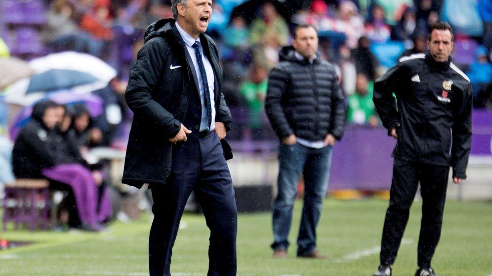 Foto: Joaquín Caparros, durante el partido contra el Valladolid. (EFE)