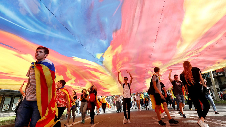 Manifestantes portan una gran estelada. (Reuters)
