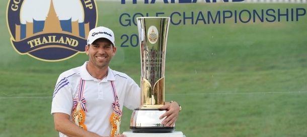 Foto: Sergio García con el título del torneo celebrado en Tailandia.