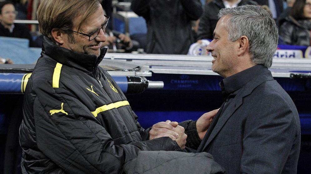Foto: Jürgen Klopp y Jose Mourinho se saludan durante el partido de vuelta de las semis de la Champions de 2013 (Efe).