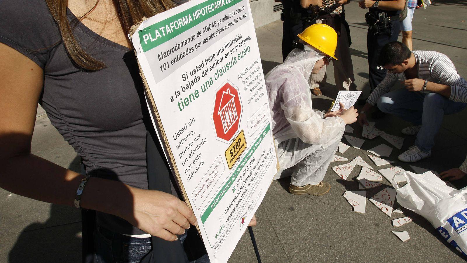Foto: Acción reivindicativa contra las cláusulas suelo (Efe).