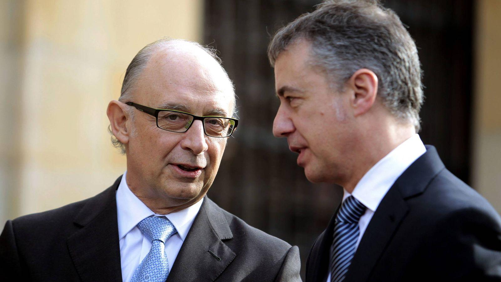 Foto: El lendakari, Iñigo Urkullu, conversa con el ministro de Hacienda, Cristóbal Montoro, en 2012. (EFE)
