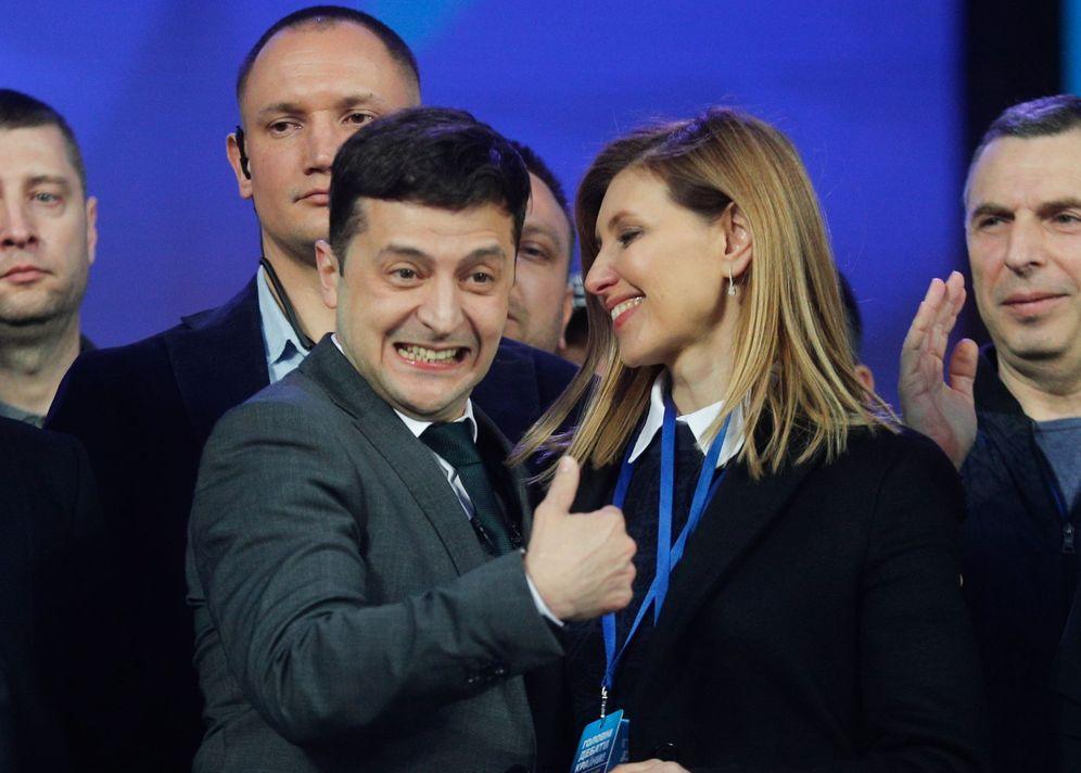 Foto: Vladímir Zelenski saluda durante su participación en un debate en el estadio Olímpico de Kiev, Ucrania. (EFE)