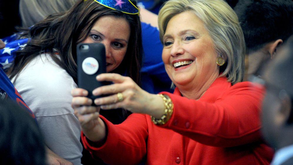Foto: Hillary Clinton se hace un 'selfie' con una simpatizante (Gtres)
