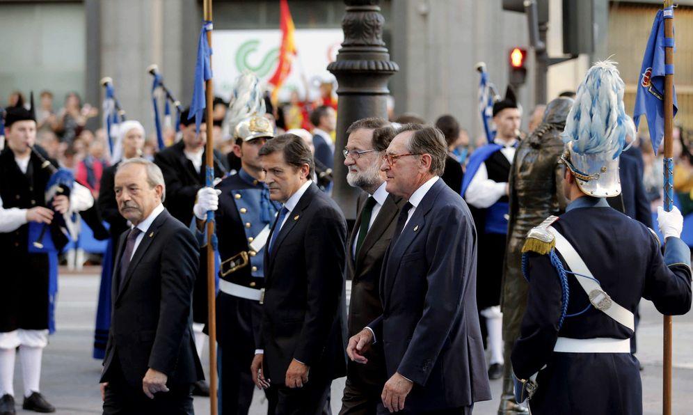 Foto: Mariano Rajoy, junto al presidente asturiano, el socialista Javier Fernández, este 20 de octubre a su llegada a los Premios Princesa de Asturias. (EFE)