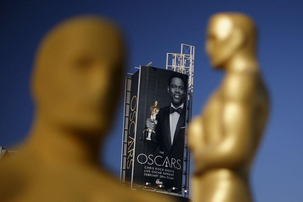 Foto: Preparativos de los Oscar junto a un póster de Chris Rock (Reuters)