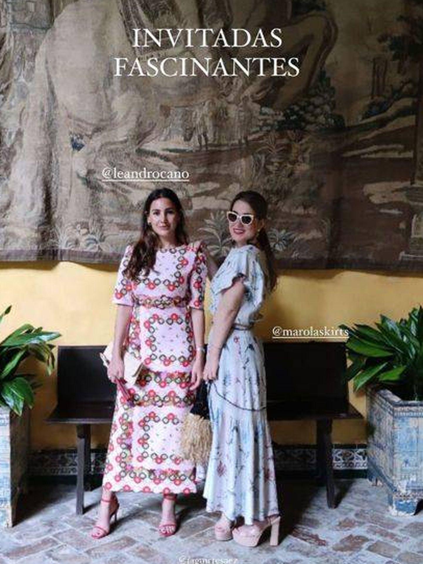 Dos de las mejores amigas de Sofía Palazuelo, vestidas de Es Fascinante, posan en el palacio de las Dueñas. (Redes: Es Fascinante)